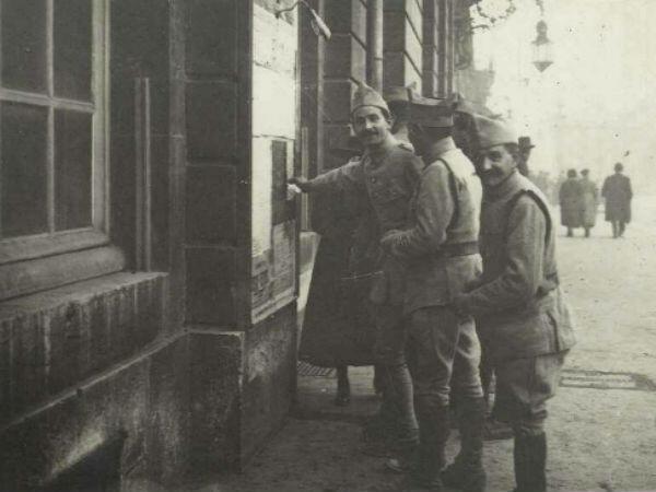 À 10 heures du matin, des soldats devant une affiche annonçant l'armistice, à Nancy