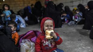 Femmes et enfants ont fui Raqqa pour rejoindre des camps à l'ouest de la ville, le 12 octobre 2017.