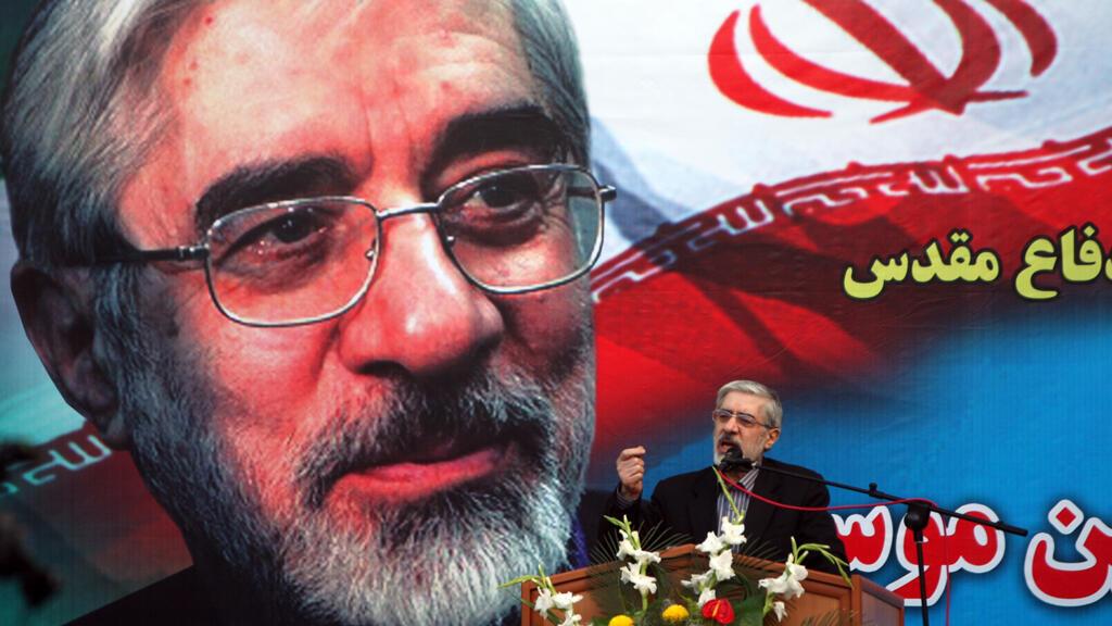 En esta foto de archivo tomada el 21 de abril de 2009, el candidato a la Presidencia, Mir Hossein Mousavi, habla a los partidarios en Ghorghan, a 400 kilómetros de Teherán. Ha pasado una década desde que Irán celebró sus elecciones más duramente disputadas.