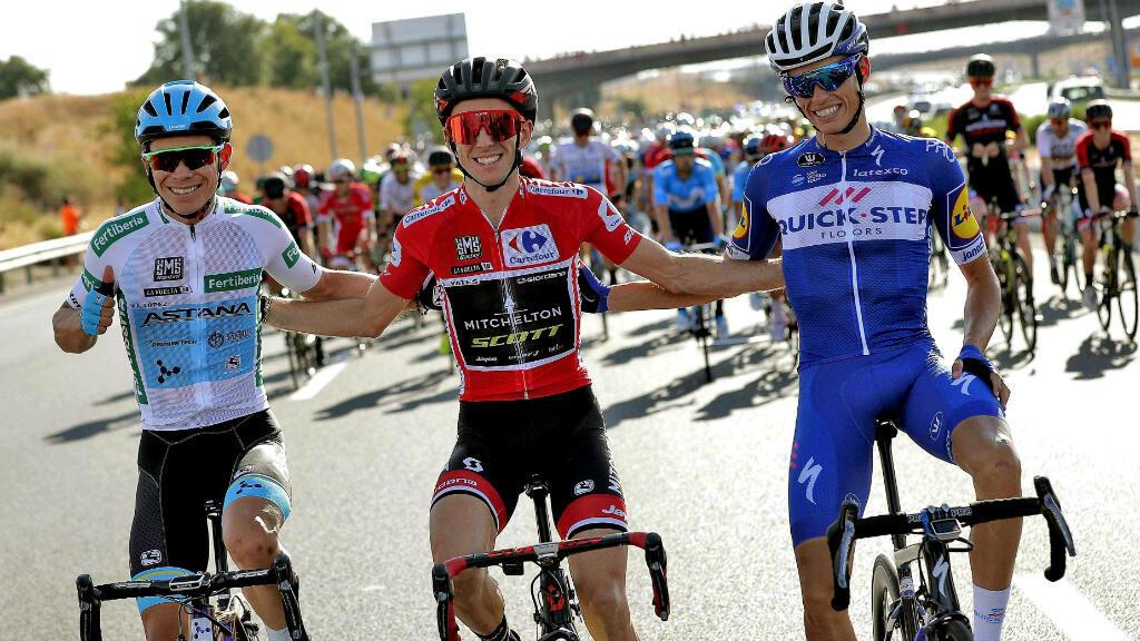 """El ciclista británico Simon Philip Yates celebra en el podio después de ganar la 73ª edición de la carrera ciclista """"La Vuelta"""" en Madrid, España, el 16 de septiembre de 2018."""