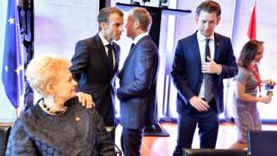 Emmanuel Macron et le président du Conseil européen Donald Tusk jeudi 20 septembre à Salzbourg. Ils sont entourés de la présidente lituanienne Dalia Grybauskaite et du chancelier autrichien Sebastian Kurz.