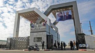 Des photos géantes de Mahmoud Abbas et d'Abdel Fattah al-Sissi, accrochées sur le terminal de Rafah.