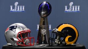 El trofeo Vince Lombardi y los cascos de New England Patriots y Los Angeles Rams son exhibidos en Atlanta, el 30 de enero de 2019.