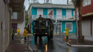 Les soldats patrouillent dans les rues de Marigot, sur l'île de Saint-Martin, avant l'arrivée de Maria, le 19 septembre 2017.