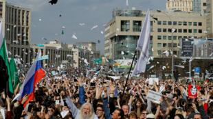 Miles de personas salieron a las calles en Moscú para exigir a las autoridades mayores libertades en torno a internet y el desbloqueo de Telegram. Abril 30 de 2018.
