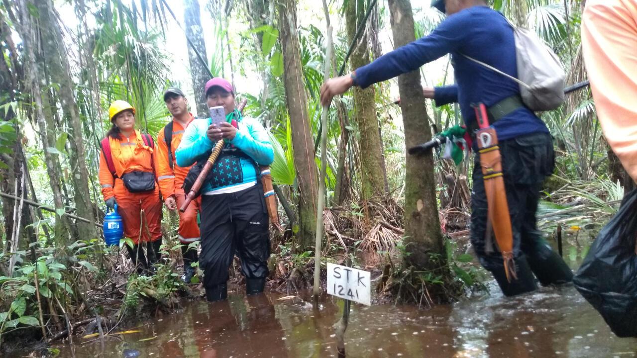 Fotografía tomada por uno de los miembros de la guardia indígena en los primeros días de octubre de 2019. En el centro, Martha Liliana Piaguaje toma una foto de uno de los puntos donde fue enterrada una de las cargas de sismigel.