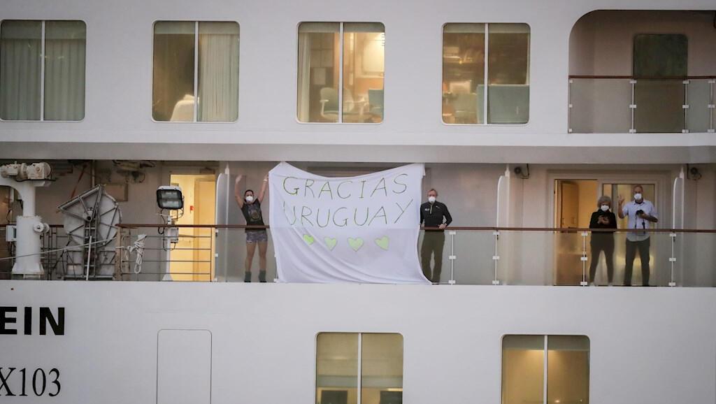 Pasajeros del barco Greg Mortimer agradecen a Uruguay por dejarlos desembarcar, el 10 de abril de 2020.