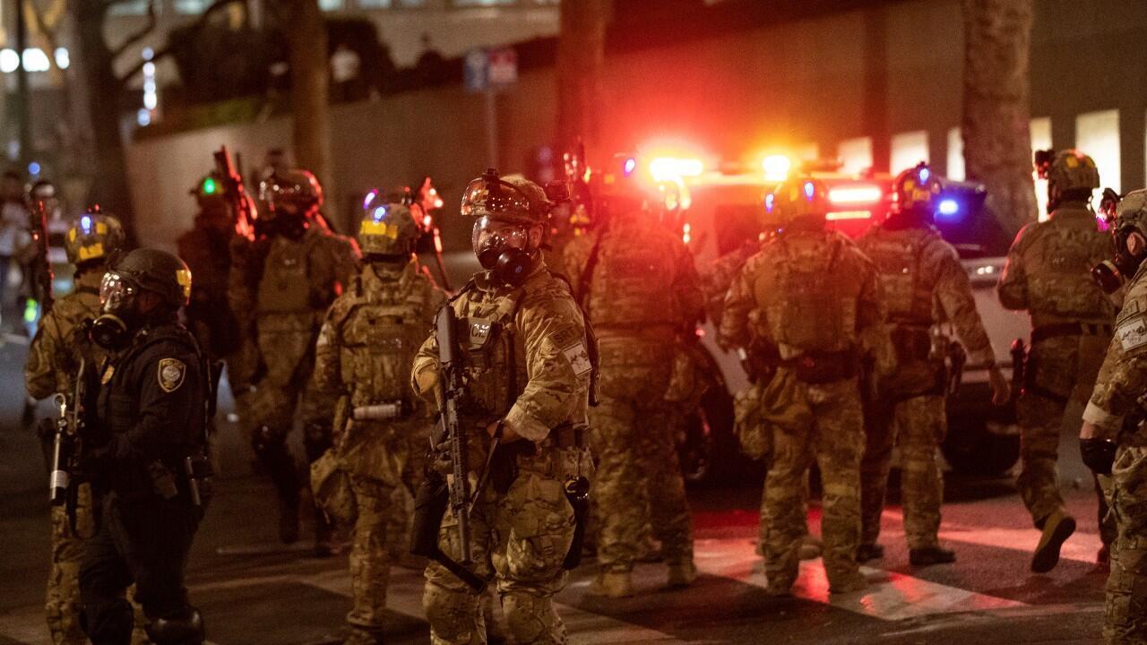 Agentes federales cierran una calle del centro, mientras se dirigen hacia los manifestantes durante una manifestación contra la violencia policial y la desigualdad racial, en Portland, Oregón, EE. UU., el 29 de julio de 2020.