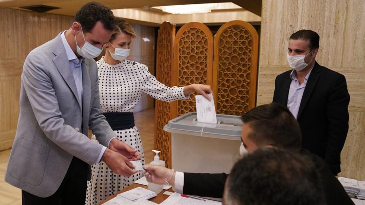 Le président syrien et sa femme Asma en train de voter à Damas, le 19 juillet 2020, pour les élections législatives.