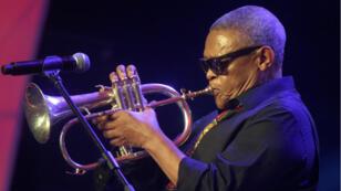 Adolescent, le musicien avait reçu sa première trompette d'un prêtre engagé dans la lutte contre l'apartheid.