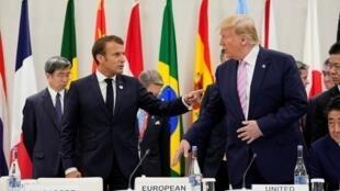 الرئيسان الفرنسي إيمانويل ماكرون والأمريكي دونالد ترامب خلال قمة مجموعة العشرين بأوساكا اليابانية، 28 حزيران/يونيو.