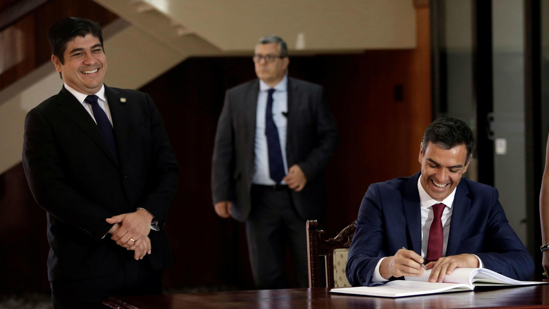 El presidente del Gobierno de España, Pedro Sánchez, firma un libro de visitas mientras el presidente de Costa Rica, Carlos Alvarado, sonríe en la casa presidencial de San José, Costa Rica, el 31 de agosto de 2018.