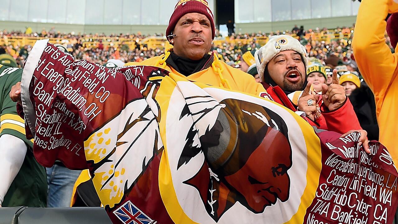 Un fan des Washington Redskins déploie un drapeau de son équipe pendant le match contre les Green Bay Packers au Lambeau Field à Green Bay, Wisconsin, le  Dans ce dossier photo prise le 8 décembre 2019.