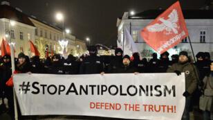 Varias personas participan en una protesta a favor y en contra de la nueva ley de memoria histórica impulsada por el Ejecutivo polaco frente al palacio presidencial en Varsovia (Polonia), 5 de febrero de 2018.