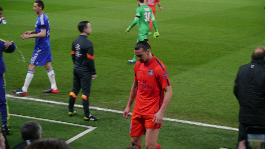 Zlatan Ibrahimovic rejoint les vestiaires après son expulsion.