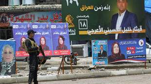 دعاية للمرشحين في الانتخابات العراقية من كتلتي الصدر والحشد الشعبي