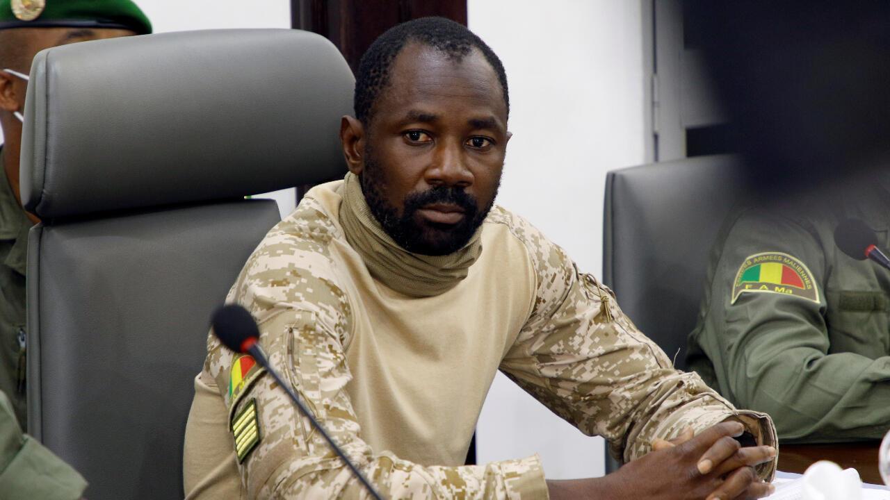 El Coronel Assimi Goïta, identificado como líder del denominado Comité Nacional por la Salvación del Pueblo, que organizó un golpe de Estado en Mali, reunido con una delegación de la CEDEAO en Bamako, Mali, el 22 de agosto de 2020.