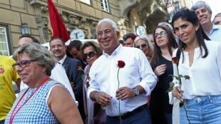رئيس الحكومة البرتغالية الاشتراكي أنطونيو كوستا محاطا بأنصاره في برشلونة. 4 أكتوبر/تشرين الأول 2019.