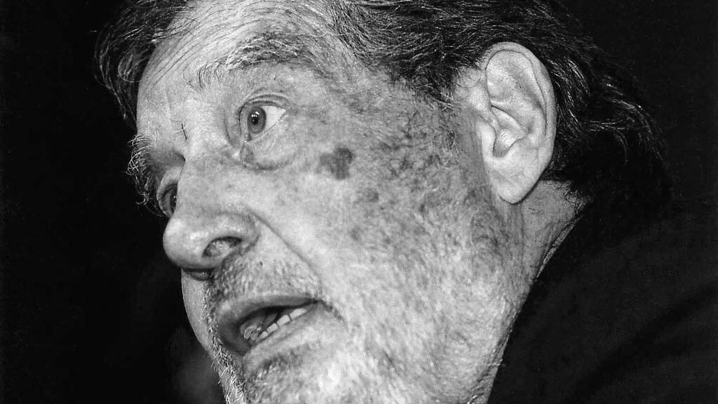 Esta foto de agosto de 1996 muestra al escritor mexicano y ganador del Premio Nobel de Literatura Octavio Paz. El escritor es bien conocido por una colección de ensayos titulada 'El laberinto de la soledad'. El escritor murió en su casa en la Ciudad de México a la edad de 84 años.