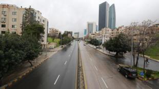 طريق رئيسي فارغ في 18 آذار/مارس 2020 في العاصمة الأردنية عمان حيث تتخذ الدولة إجراءات لمكافحة انتشار فيروس كورونا المستجد