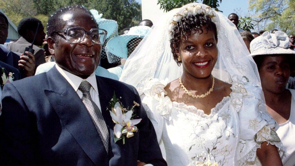 El presidente Robert Mugabe y su nueva esposa Grace abandonan la Iglesia Católica de Kutama en Zimbabwe el 17 de agosto de 1996 después de intercambiar sus votos matrimoniales.