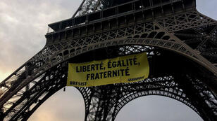 La banderole de Greenpeace a été déployée vendredi 5 mai à l'aube.