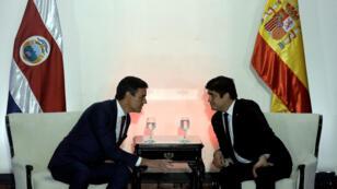 El presidente del Gobierno español, Pedro Sánchez, y el presidente de la República de Costa Rica, Carlos Alvarado, hablan durante una conferencia ambiental en San José, Costa Rica, el 31 de agosto de 2018.
