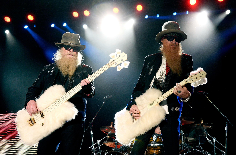 Le bassiste et chanteur du groupe ZZ Top, Dusty Hill, ici à gauche sur scène le 25 avril 2015 en Californie, est décédé à 72 ans à Houston au Texas, a annoncé le groupe