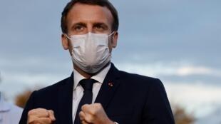 Le président Emmanuel Macron parle à la presse le 23 octobre 2020 à Pontoise