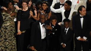 """Le réalisateur de """"Moonlight"""" Barry Jenkins sur scène pour recevoir l'Oscar du meilleur film à Hollywood le 26 février."""