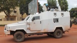 Un véhicule blindé des Nations unies patrouille dans la capitale centrafricaine le 11 octobre 2014.
