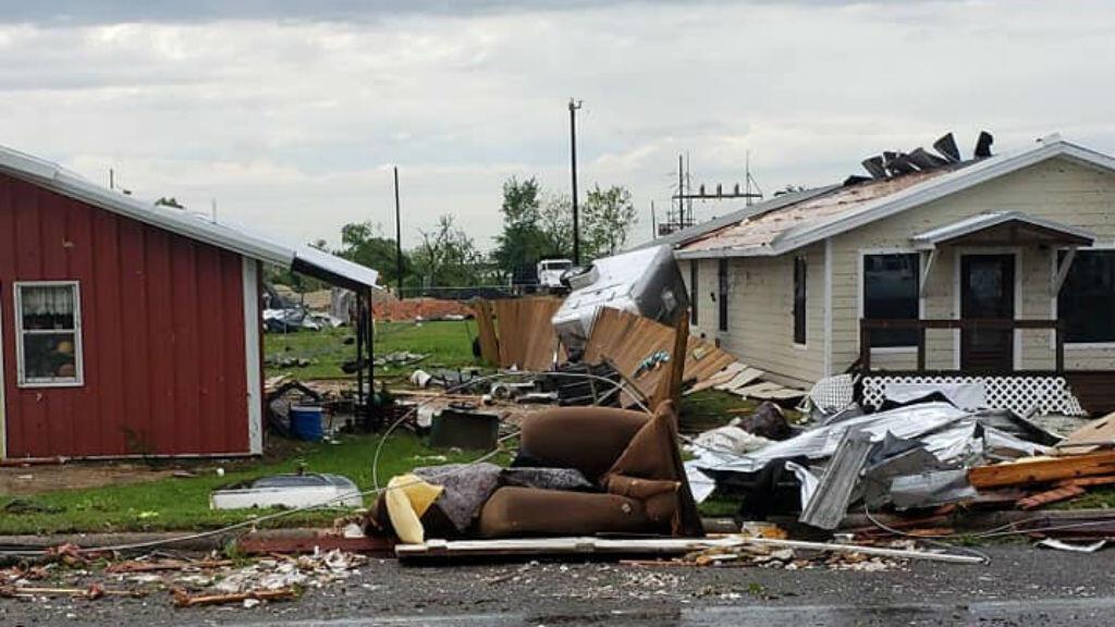 Una casa se quedó sin techo tras el paso del tornado, el sábado 13 de abril de 2019 en Franklin, Texas.