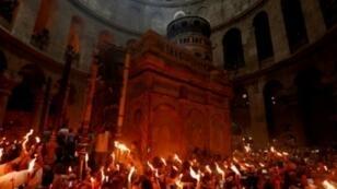 """مؤمنون أورثوذكس يحتفلون بـ""""سبت النور"""" عشية الفصح بكنيسة القيامة بالقدس، 7 نيسان/أبريل 2018"""