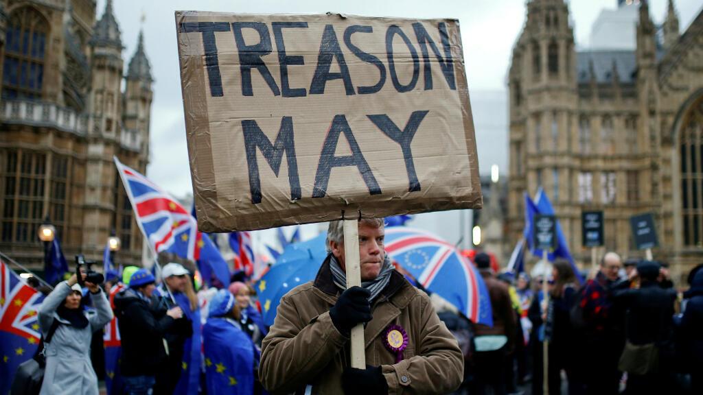 """Imagen de archivo. Un manifestante a favor del Brexit sostiene una pancarta que dice """"Traición May"""", en alusión a la primera ministra británica. Londres, Reino Unido, el 15 de enero de 2019."""