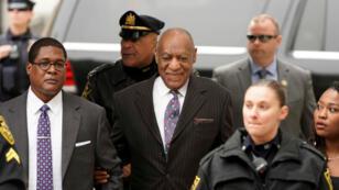 El actor y comediante Bill Cosby llega para el primer día de su nuevo juicio por asalto sexual en el tribunal del condado de Montgomery en Norristown, Pensilvania, EE. UU., el 9 de abril de 2018.