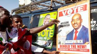 Los partidarios del Movimiento de Oposición para el Cambio Democrático (MDC) celebran en las calles mientras asisten a la manifestación final de su partido para las elecciones generales de Zimbabue, el 28 de julio de 2018.