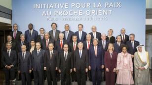 صورة تذكارية للمشاركين باجتماع باريس لإحياء جهود السلام بين إسرائيل والفلسطينيين 3 يونيو 2016