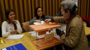 إسبانية في مدريد تضع ورقة الانتخاب في صندوق الاقتراع، 10 نوفمبر/تشرين الثاني 2019