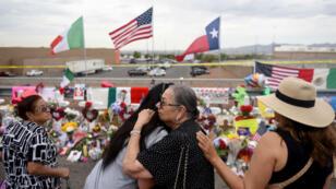 Archivo-Un grupo de personas expresa sus condolencias por la masacre en una tienda Walmart, de El Paso, Texas, EE. UU., el 6 de agosto de 2019, tres días después de que ocurriera la tragedia.