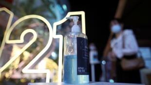 Una botella de gel antibacterial en un centro comercial antes de la llegada del Año Nuevo, en medio de la pandemia del Covid-19, en Bangkok, Tailandia, el 31 de diciembre de 2020.