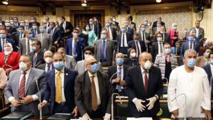 """نواب في البرلمان المصري خلال جلسة عامة في القاهرة في 20 تموز/يوليو 2020 تمت خلالها الموافقة على قيام الجيش بـ""""مهام قتالية"""" خارج حدود مصر"""
