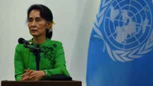 Le chef du gouvernement  birman, Aung San Suu Kyi, lors d'une conférence de presse, la veille des pourparlers de paix avec les rebelles à Naypyidaw, le 30 août 2016.
