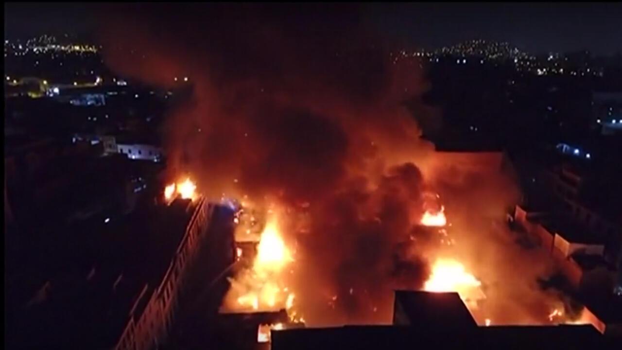 """Un incendio masivo se desató en la zona comercial de """"Mesa Redonda"""", en el centro histórico de Lima, en Perú, el 19 de abril de 2019."""