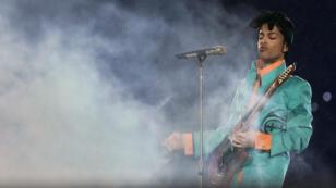 Prince lors d'un concert donné pendant la mi-temps du Super Bowl XLI au Dolphin Stadium de Miami, le 21 avril 2016.
