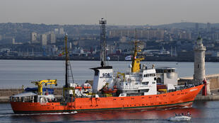 Le bateau à la coque orange et blanche ne veut pas renoncer à ses missions de sauvetage de migrants en mer et reprend ses activités.