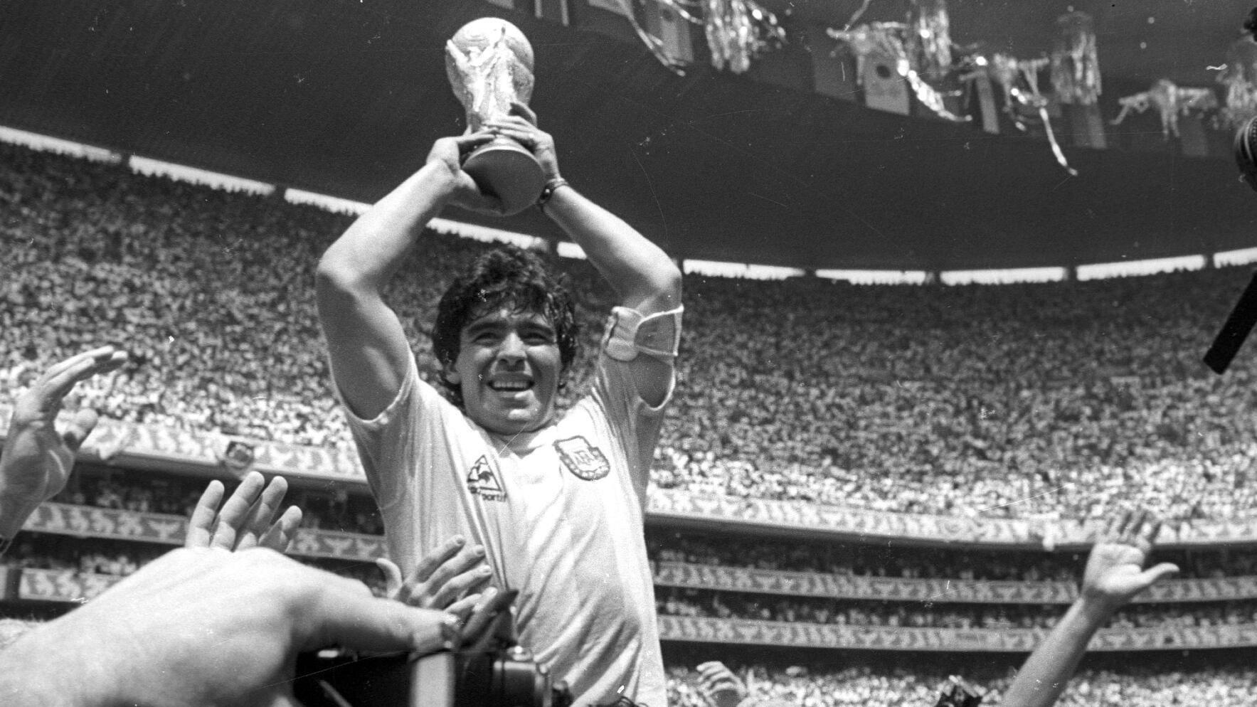 Diego Armando Maradona levanta la Copa del Mundo tras la victoria de Argentina ante Alemania Occidental en la final del Mundial de México 1986, en el estadio Azteca de Ciudad de México, el 29 de junio de 1986.