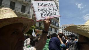 Des Algériens manifestant à la suite du décès de l'activiste Kamel Eddine Fekhar, le 28 mai, en prison.
