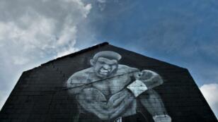 لوحة جدارية تجسد البطل محمد علي كلاي في لويفيل في 4 حزيران/يونيو 2016