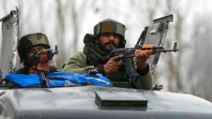 Policías en guardia el 18 de febrero en la localidad de Pinglena, cerca de donde se dieron enfrentamientos entre rebeldes y fuerzas armadas.