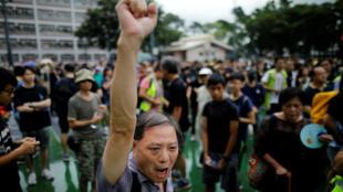 Un homme lors d'une manifestation contre le projet de loi sur l'extradition dans le quartier de ToKwaWan, à HongKong, le 17août2019.